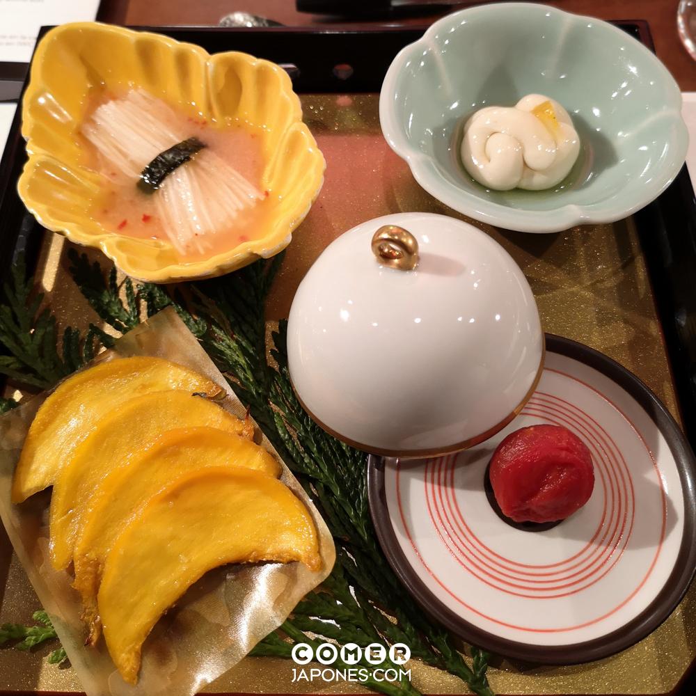 Hassun de otoño - hoshi de calabaza, atadillo de yamaimo con mentaiko, falso umeboshi y shirako con shottsuru