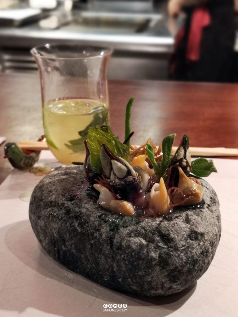 Sunomono de algas frescas y moluscos con cóctel de Keigetsu Yuzusake