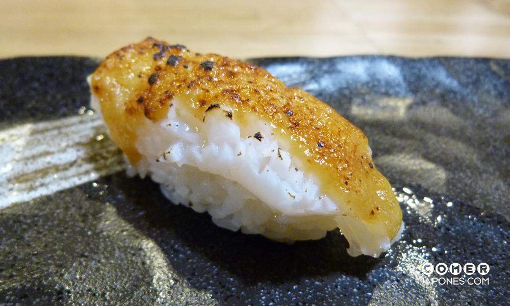 Ika miso nigiri (nigiri de calamar con miso flameado)
