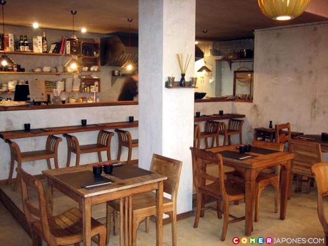 La barra, más informal, permite ver de cerca las preparaciones culinarias y tener un trato más cercano con el Itamae.