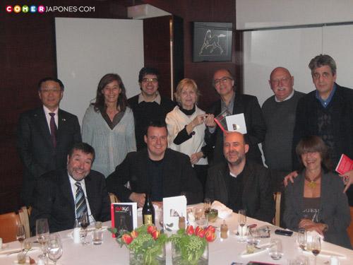 Empezando por la izquierda: Teruaki Nagasaki (Consul General de Japón), Marta y Freddy (El Bulli), Ana Saura (ICHO), Javier de las Muelas (Dry Martini), Gaspar Rey (Cocina Futuro), Juli Soler (director de El Bulli). Y en la fila inferor, empezando por la izquierda: Antonio Campins (autor de el libro), Roger Ortuño (comerJapones.com), Toni Massanés (Fundació Alícia) y Lina Zendrera (editora del libro).