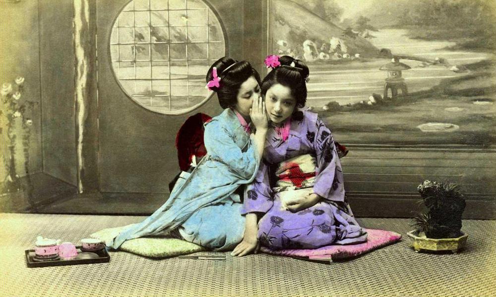 Geisha susurrando