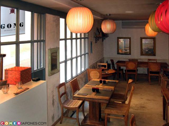 El interior del local es cálido y acogedor.