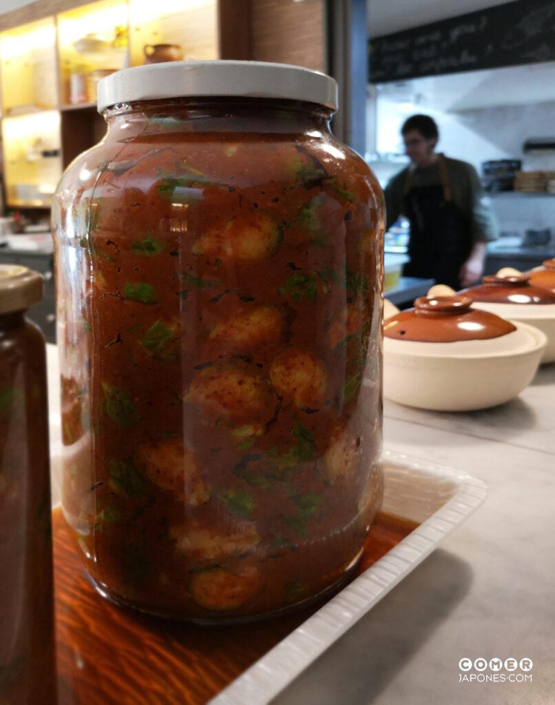Sergi Ortiz es un gran aficionado a los encurtidos fermentados, como este kimchi casero de coles de bruselas en pleno proceso de elaboración