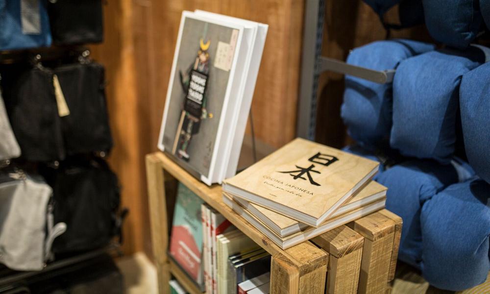 Los libros se incorporan como novedad a la nueva tienda insignia de MUJI en  Barcelona 61066d63bb2