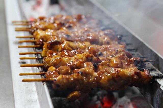Pinchos de pollo yakitori asándose al robata