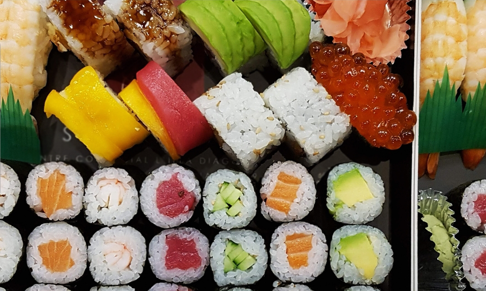 Bandeja de sushi con hosomakis y uramakis variados
