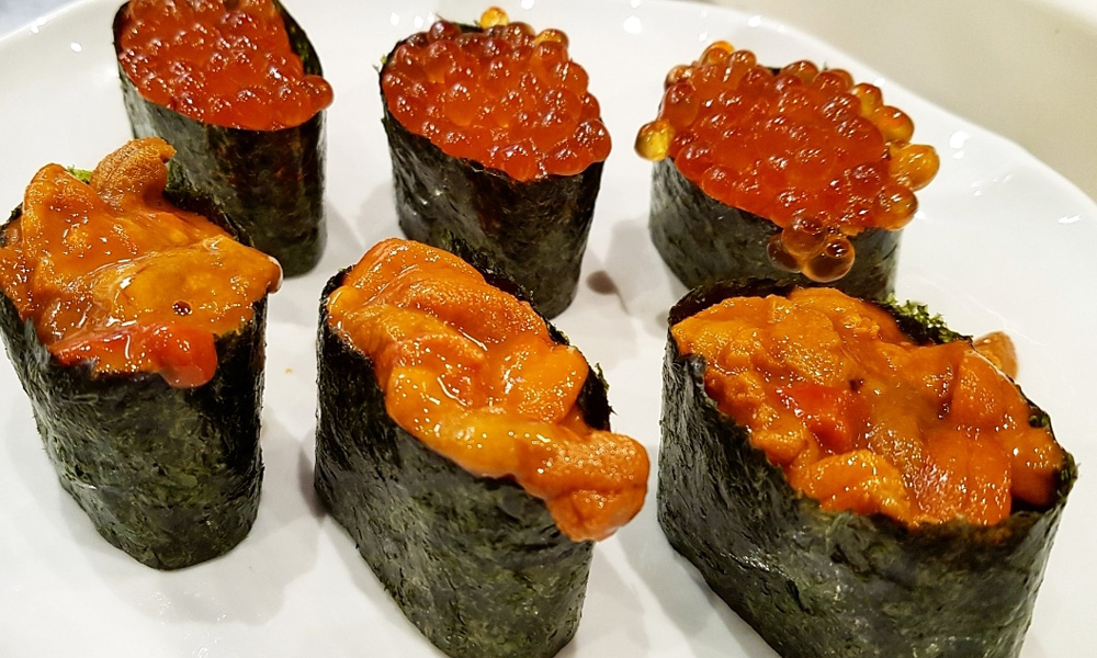 Gunkanmaki de erizo y de ikura o huevas de salmón