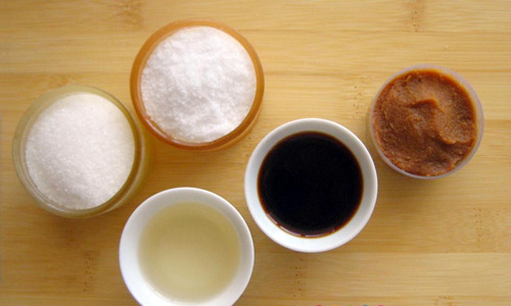 azúcar, sal, vinagre, salsa de soja y miso